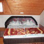 Kertre néző tetőtéri franciaágyas szoba