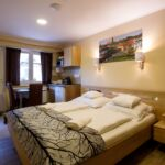 Pokoj s manželskou postelí v přízemí