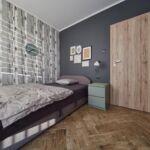 Balkonos közös fürdőszobás egyágyas szoba