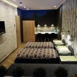 Síkképernyős tv közös fürdőszobás háromágyas szoba