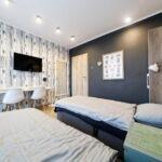 Síkképernyős tv közös fürdőszobás egyágyas szoba