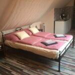 Apartament la mansarda cu grup sanitar cu 1 camera pentru 2 pers. (se poate solicita pat suplimentar)