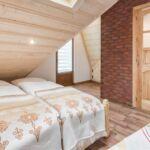 Pokoj s balkónem s manželskou postelí v podkroví