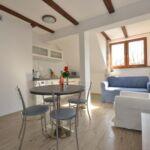 Apartament 4-osobowy na piętrze z aneksem kuchennym z 1 pomieszczeniem sypialnianym (możliwa dostawka)