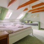 Camera cvadrupla la mansarda cu balcon