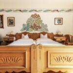 Panorámás városra néző franciaágyas szoba