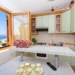 Apartament cu aer conditionat cu vedere spre mare cu 3 camere pentru 7 pers. (se poate solicita pat suplimentar)