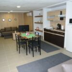 Apartament 6-osobowy z klimatyzacją z dostępem do ogrodu z 3 pomieszczeniami sypialnianymi (możliwa dostawka)