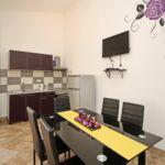 Apartament la parter cu aer conditionat cu 2 camere pentru 4 pers. (se poate solicita pat suplimentar)