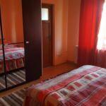 Pokoj s koupelnou s manželskou postelí na poschodí