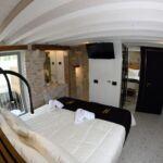 Udvarra néző erkélyes franciaágyas szoba