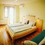 Erkélyes fürdőkádas 2 fős apartman 1 hálótérrel (pótágyazható)