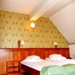 Manzárd Pokoj s manželskou postelí na poschodí