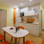 Apartament la parter cu aer conditionat cu 1 camera pentru 2 pers.