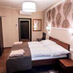 Vierbettzimmer mit Dusche und Klimaanlage