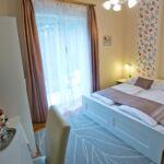 Pokoj s balkónem s koupelnou s manželskou postelí