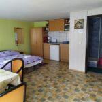 Udvarra néző fürdőszobás 2 fős apartman 1 hálótérrel