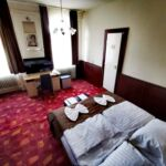 Pokoj s manželskou postelí s výhledem na město na poschodí