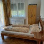 Pokoj s manželskou postelí s výhledem na řeku v přízemí