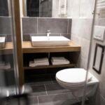 Zuhanyzós teraszos háromágyas szoba