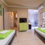 Apartament la parter cu grup sanitar cu 2 camere pentru 4 pers.