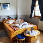 Pokoj s manželskou postelí v přízemí  (s možností přistýlky)