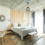 Camera twin la etaj cu vedere spre rau (se poate solicita pat suplimentar)