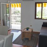 Apartament la etaj cu vedere spre mare cu 2 camere pentru 4 pers.