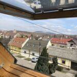 Apartament la etaj cu vedere spre oras cu 1 camera pentru 2 pers. (se poate solicita pat suplimentar)
