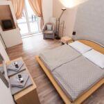 Zuhanyzós teraszos hétágyas szoba (pótágyazható)