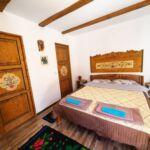Izba s kúpeľňou s manželskou posteľou na prízemí