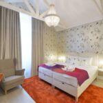 King Pokoj s manželskou postelí na poschodí