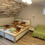Hegyekre néző tetőtéri franciaágyas szoba (pótágyazható)