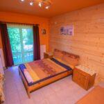 Kertre néző erkélyes franciaágyas szoba (pótágyazható)