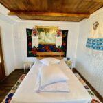 Izba s manželskou posteľou na poschodí