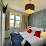 Tengerre néző franciaágyas szoba